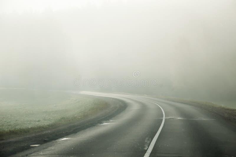 Nebbia di mattina a settembre paesaggio Campo e foresta immagine stock libera da diritti