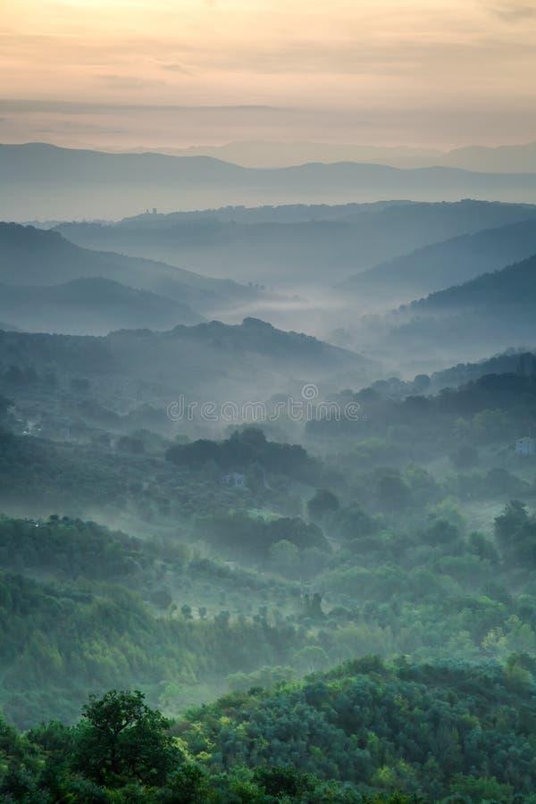 Nebbia di mattina sopra la valle in Toscana fotografia stock libera da diritti
