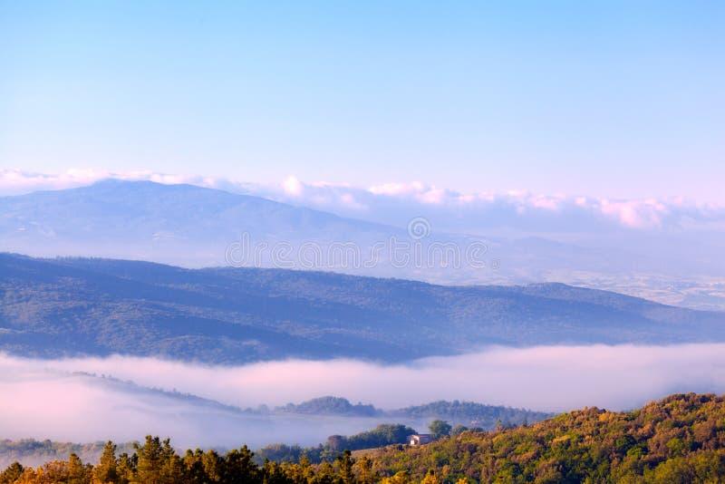 Nebbia di mattina sopra le colline fotografia stock libera da diritti