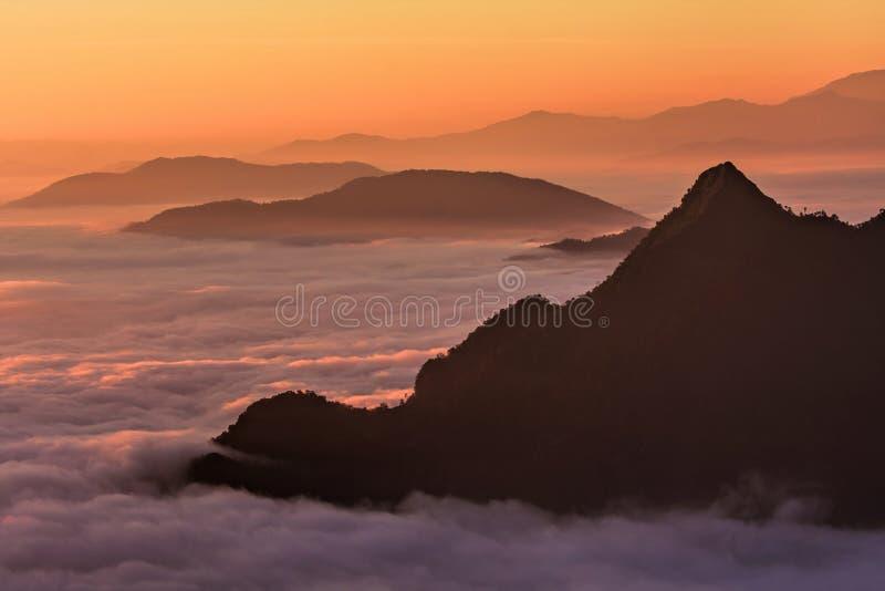 Nebbia di mattina sulla montagna immagini stock libere da diritti