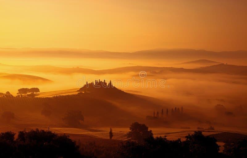 Nebbia di primo mattino in Toscana fotografia stock libera da diritti