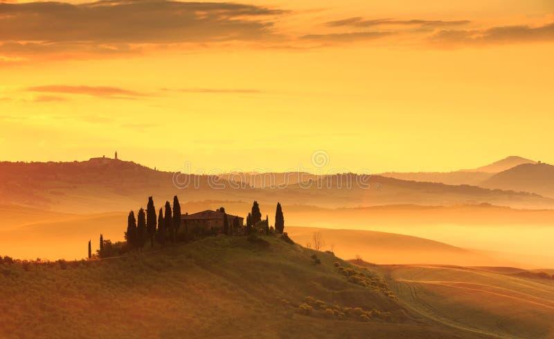 Nebbia di primo mattino in Toscana fotografie stock libere da diritti