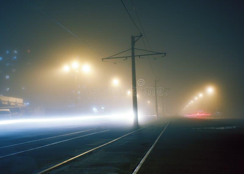 Nebbia di sera sulle vie di Dneprodzerzhinsh fotografia stock
