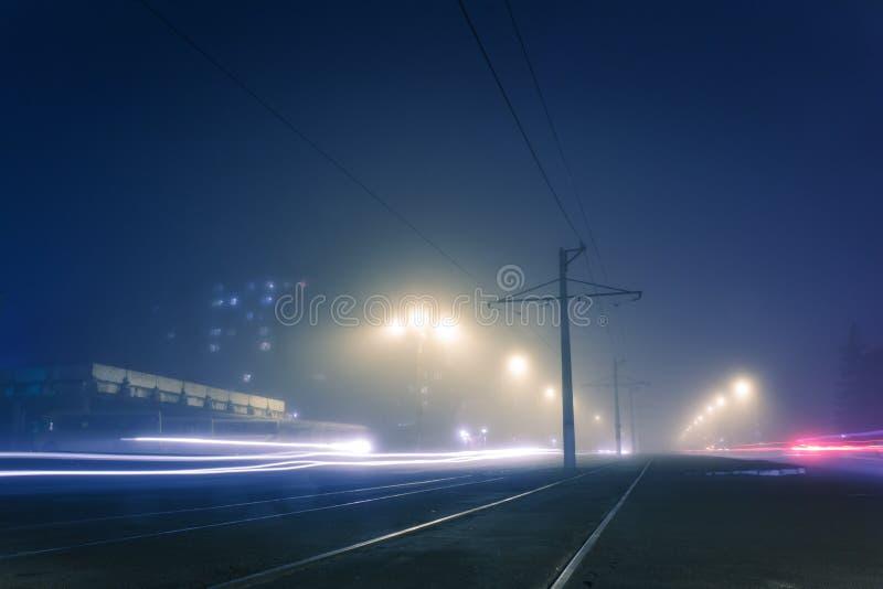Nebbia di sera sulle vie di Dneprodzerzhinsh immagine stock libera da diritti