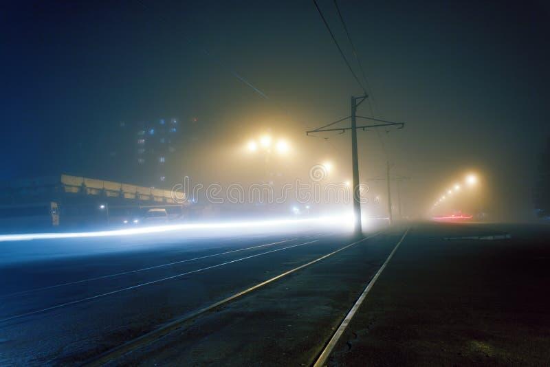Nebbia di sera sulle vie di Dneprodzerzhinsh fotografia stock libera da diritti