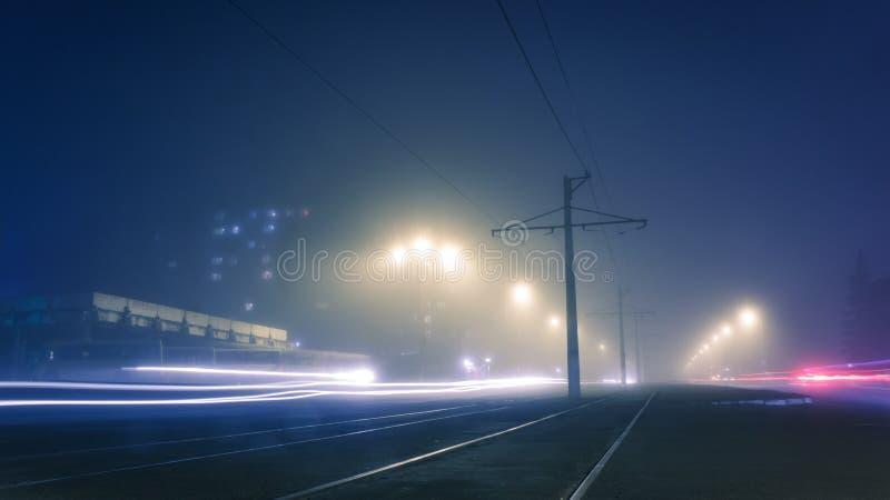 Nebbia di sera sulle vie di Dneprodzerzhinsh immagini stock libere da diritti