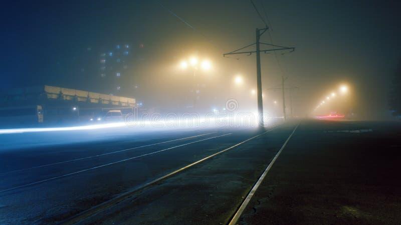 Nebbia di sera sulle vie di Dneprodzerzhinsh fotografie stock libere da diritti