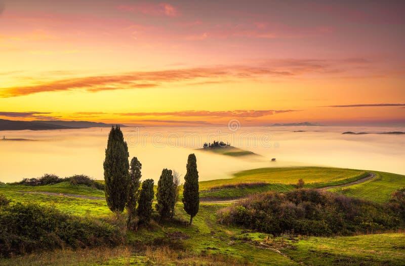 Nebbia di Volterra e mare delle nuvole, panorama di Rolling Hills sul tramonto fotografia stock