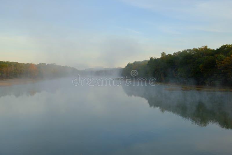Nebbia e foschia di primo mattino sopra un fiume immagini stock libere da diritti