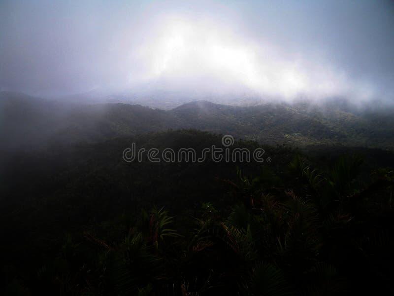 Nebbia e montagne immagine stock