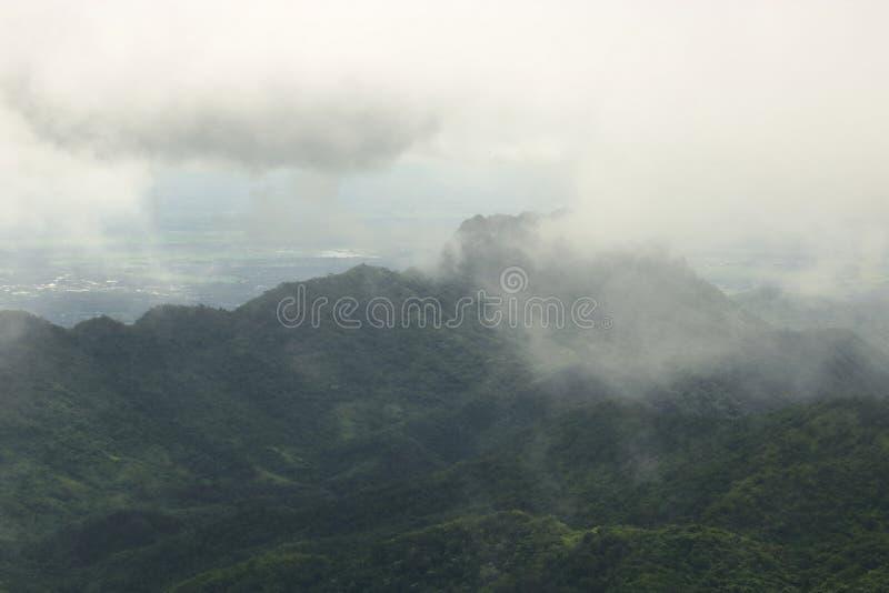 Nebbia lunatica sopra paesaggio della montagna nel giorno piovoso fotografie stock