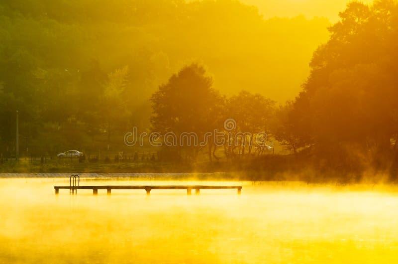 Nebbia sopra il lago immagine stock libera da diritti