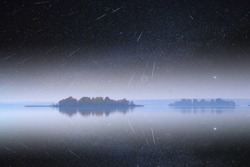 Nebbia sopra il mare e l'isola fotografia stock libera da diritti