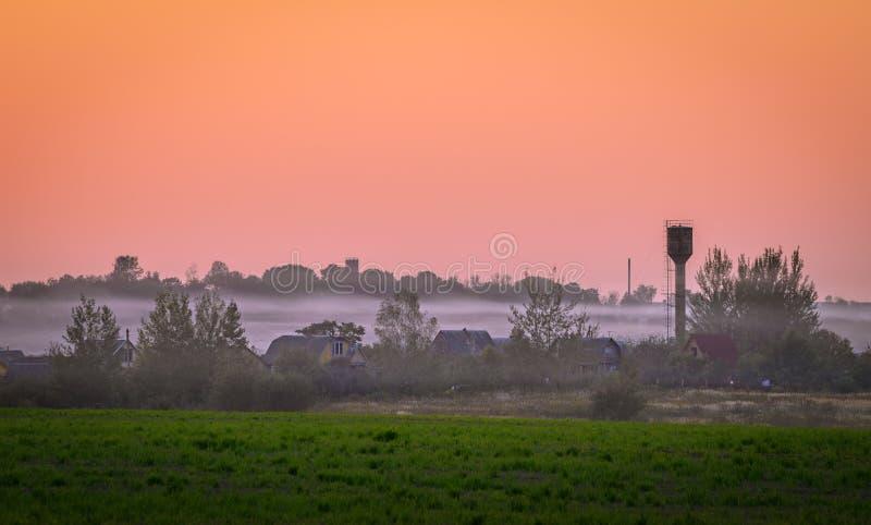 Nebbia sopra il villaggio fotografie stock libere da diritti