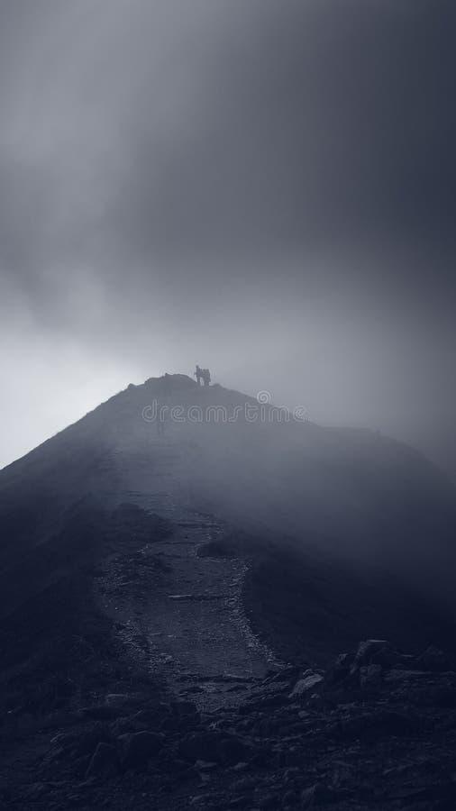 Nebbia sopra la montagna fotografia stock
