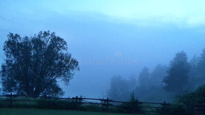 Nebbia sopra le montagne fotografia stock