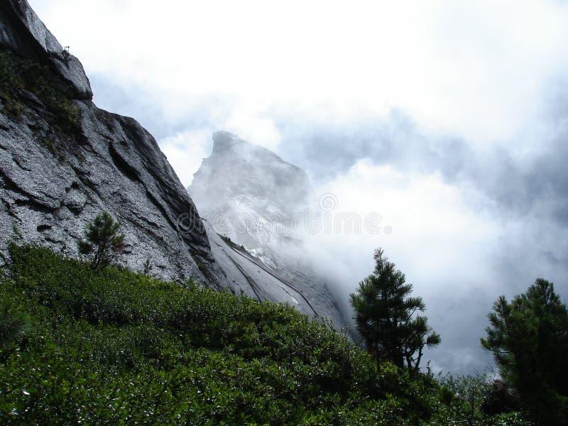 Nebbia spessa in montagna fotografie stock libere da diritti