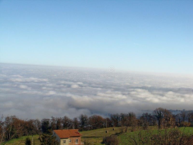 Nebbia spessa in montagne dell'Italia Paesaggio della montagna in nebbia fotografia stock libera da diritti