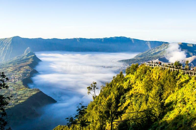 Nebbia spessa vicino al vulcano di Bromo immagini stock libere da diritti