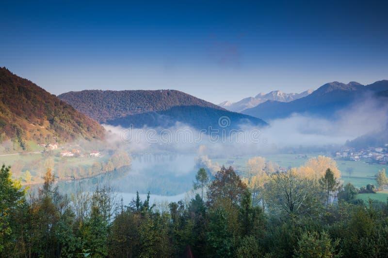 Nebel über dem meisten Fluss Na Soci mit Julian Alps im Hintergrund, Slowenien stockbild