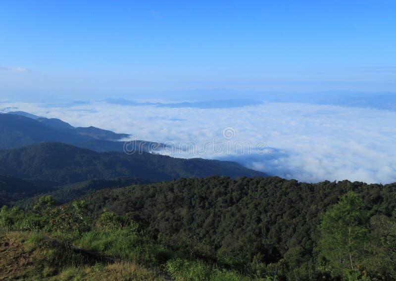 Nebel über den Bergen lizenzfreie stockfotos