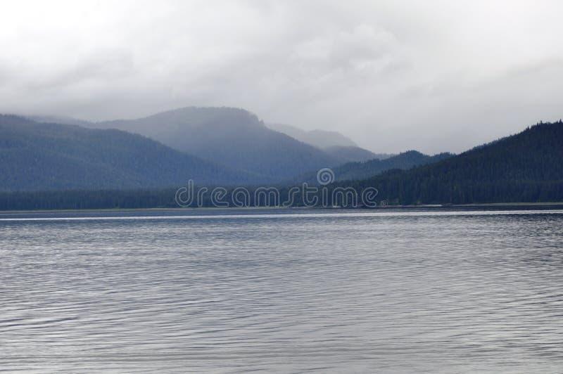 Nebel über den Hügeln und dem Wasser stockfotografie
