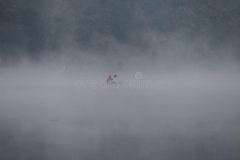 Nebel über Fluss lizenzfreies stockfoto