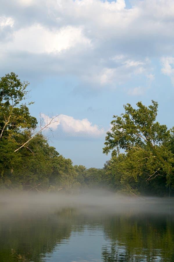 Nebel über Fluss in Ozarks, Missouri, USA stockfotos