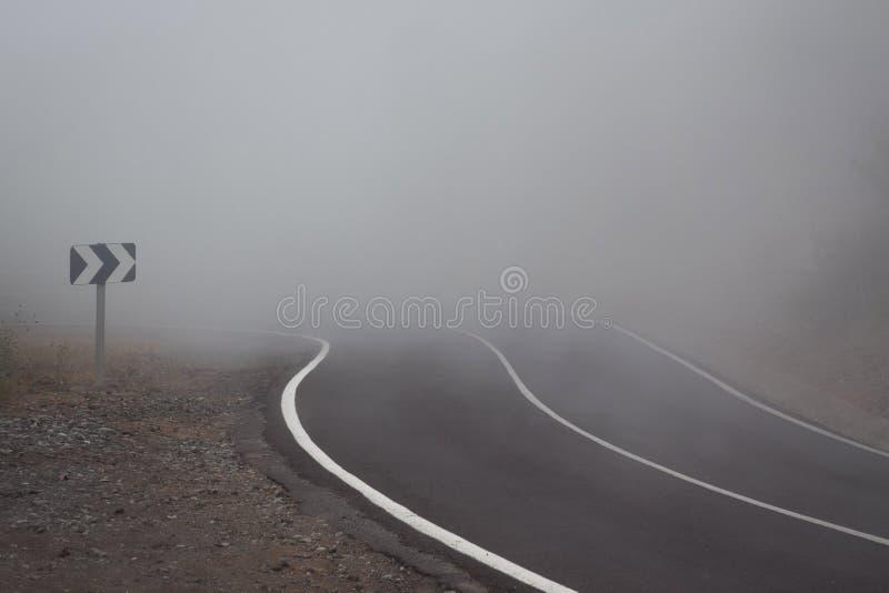 Nebel auf der Straße stockfotografie