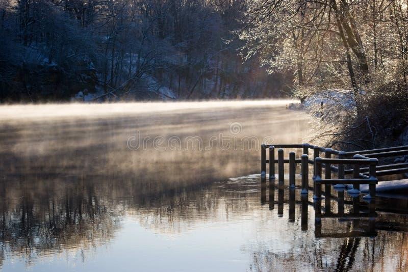Nebel auf einem Fluss lizenzfreie stockbilder
