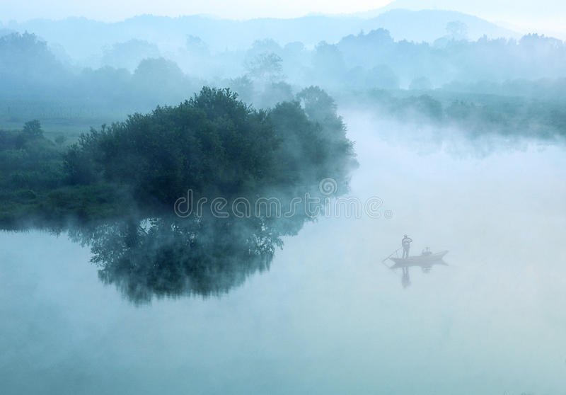 Nebel auf See stockbild