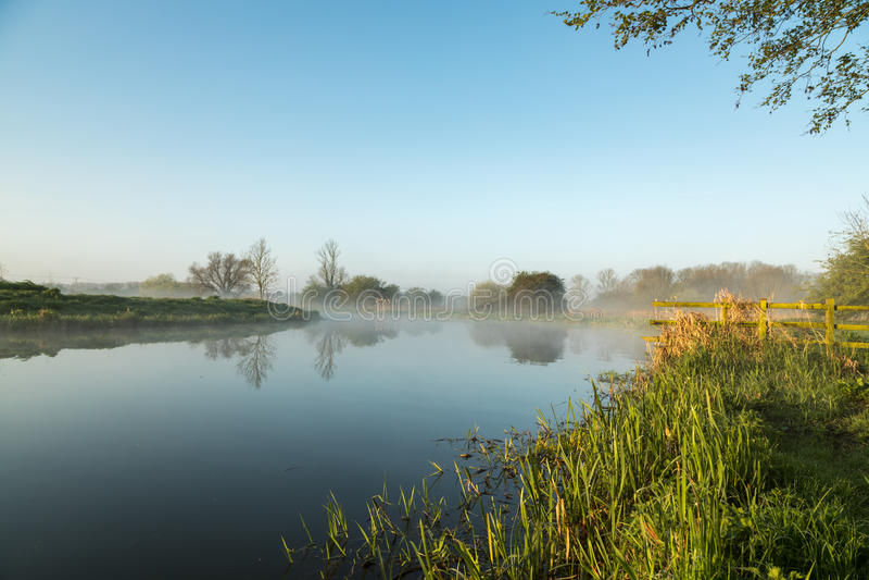 Nebel, der über Fluss Nene in Northamptonshire bei Sonnenaufgang hängt stockfotografie