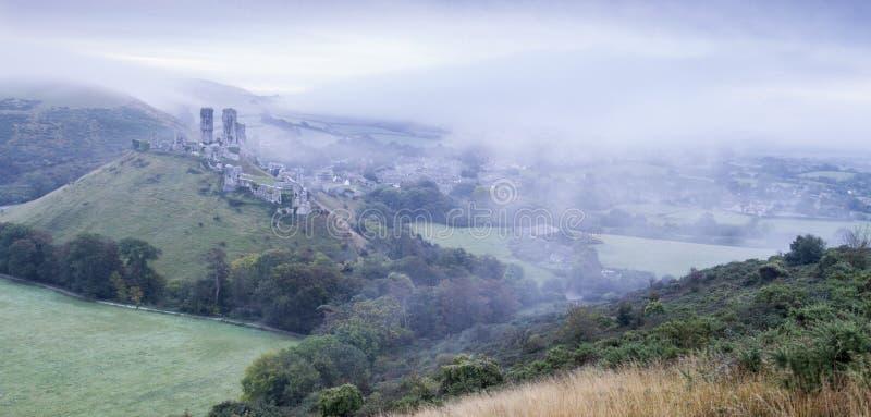 Nebel der Corfe-Schloss-Ruine morgens stockfoto