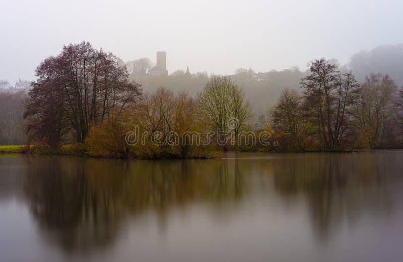 Nebel an der Ruhr stockfotos