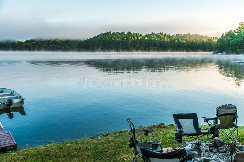 Nebel des frühen Morgens, der vom See als die Sonnenaufgänge über zu anhebt lizenzfreie stockfotografie