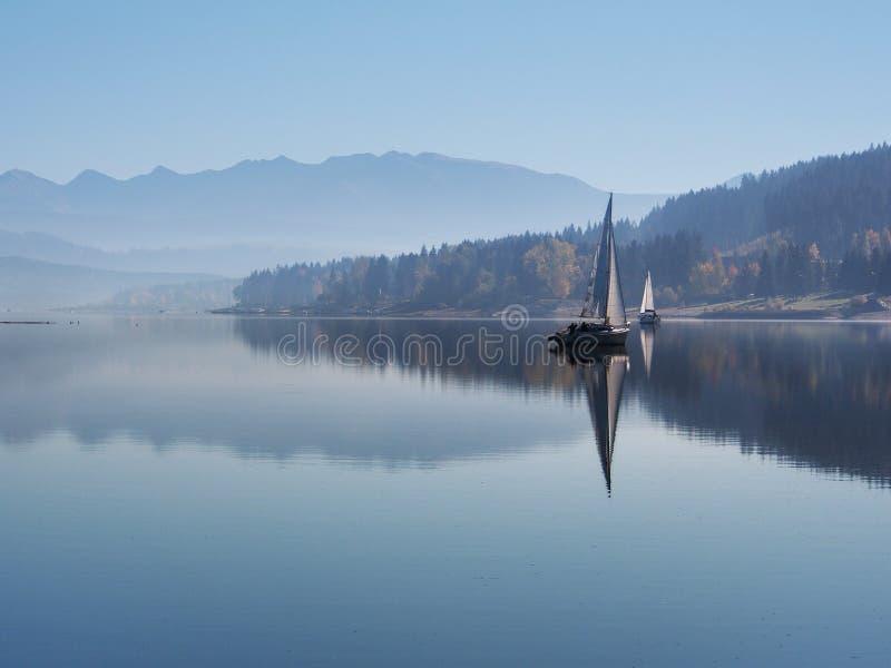 Nebel des frühen Morgens an Orava-Reservoir lizenzfreie stockfotos