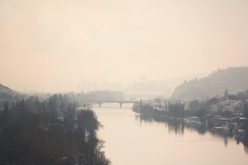 Nebel die Moldau-Flusses morgens lizenzfreies stockfoto