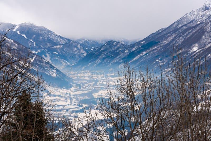 Nebel in einem schneebedeckten Tal lizenzfreie stockfotografie