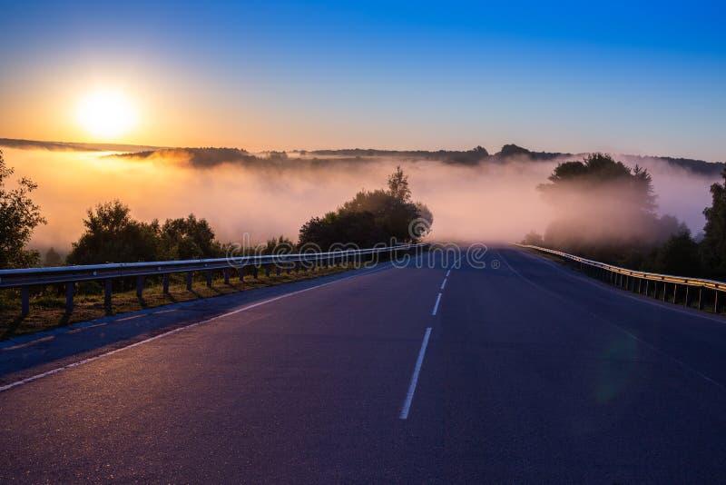 Nebel frühen Morgens Dence im Wold an der Sommerlandstraße nahe Fluss mit Geländern stockfotos
