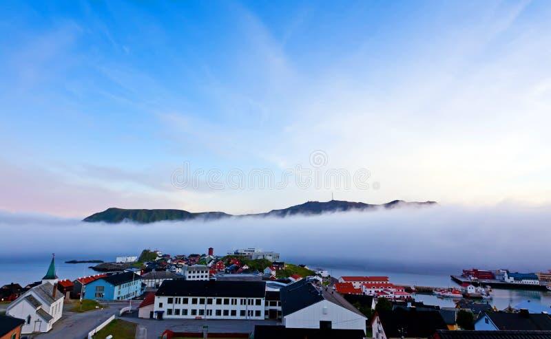 Nebel im Fjord lizenzfreies stockfoto