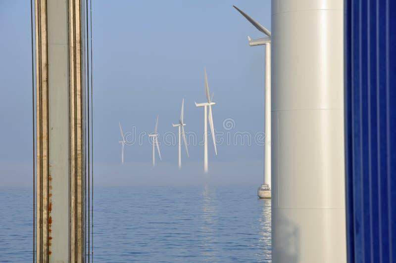 Nebel im Offshorewindpark stockbilder