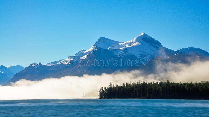 Nebel morgens am See Maligne stockfotos