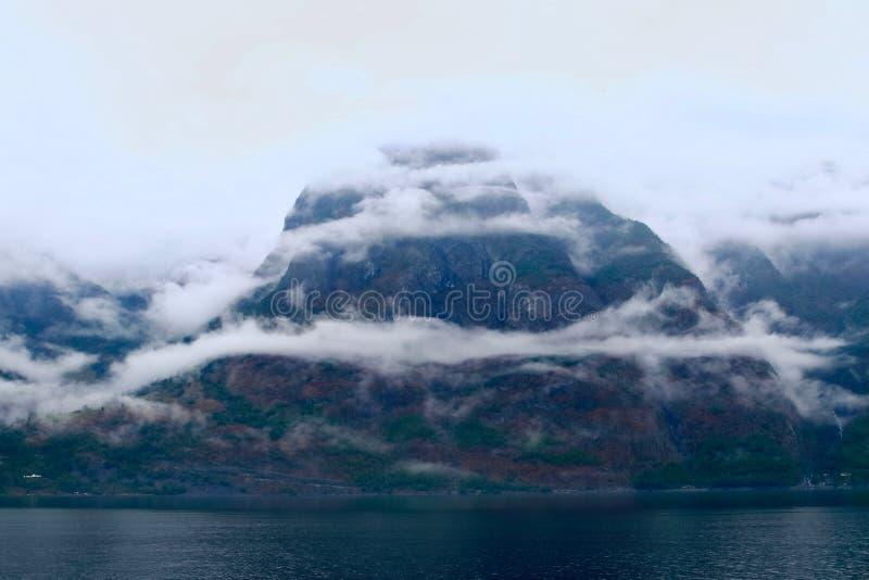 Nebel und Berge gestalten ständig te Ufer des Naeroyfjord, nördlich Gudvangen-Dorfs, Norwegen landschaftlich lizenzfreie stockfotografie