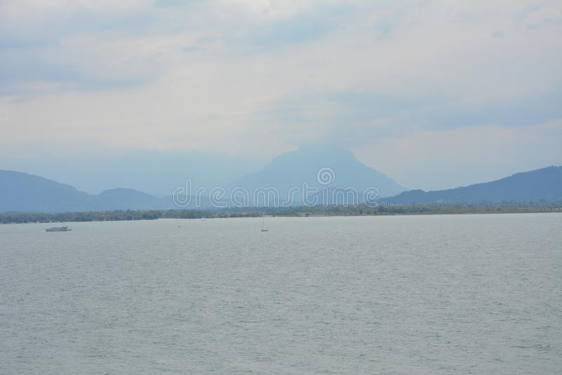 Nebelhafte Berge lizenzfreie stockbilder