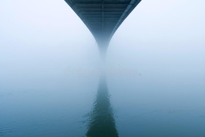 Nebelhafte Brücke lizenzfreies stockfoto