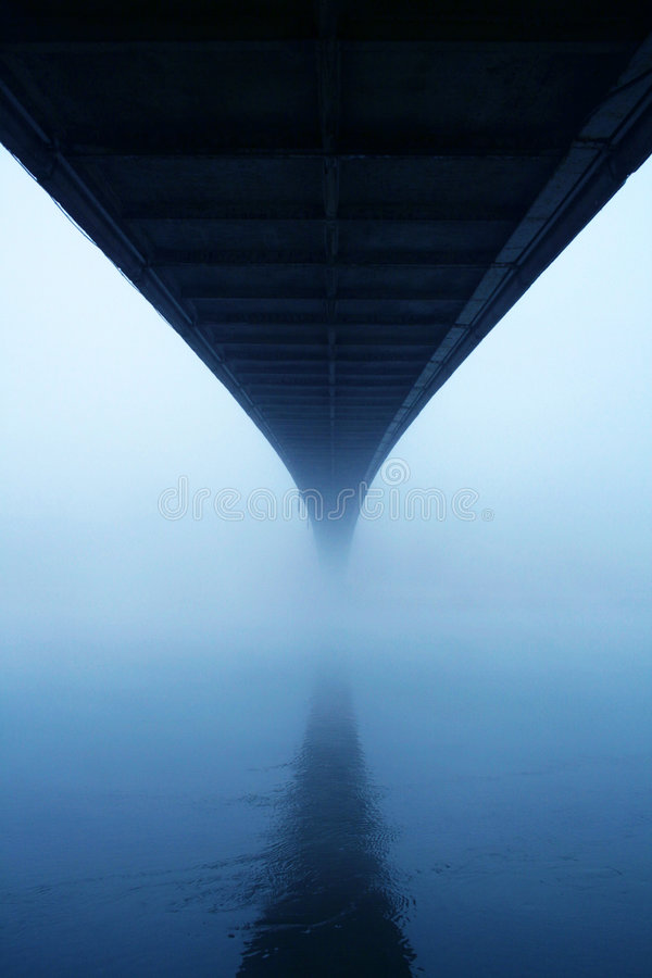 Nebelhafte Brücke stockfotos