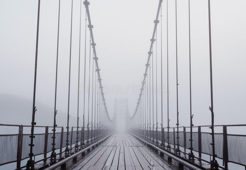 Nebelhafte Brücke stockbilder