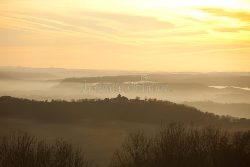 Nebelhafte Hügel lizenzfreies stockfoto