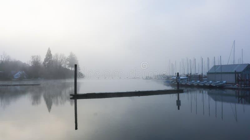 Nebelhafte Hafen- und Bootsanlegestelle stockbilder