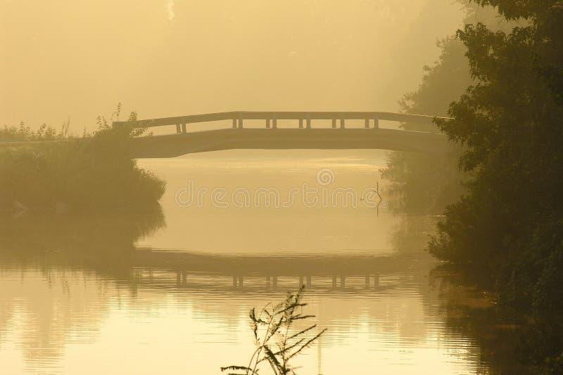 Nebelhafte Morgen-Brücke lizenzfreie stockfotos